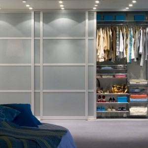 Zabudowa wykonana na wymiar dzięki bogatej ofercie elementów, pozwoli funkcjonalnie wykorzystać przestrzeń w sypialni. Fot. Elfa.