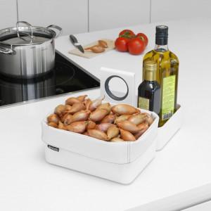 Modułowe organizery firmy Brabantia to nie tylko pomysł na porządek w szufladach i szafkach kuchennych. Przydadzą się także do uporządkowania produktów w czasie gotowania. Fot. Brabantia.