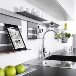 Półka z linii Linero MosaiQ firmy Peka może służyć jako podstawka pod książkę kucharską lub tablet z przepisami. Dzięki takiemu rozwiązaniu łatwo zajrzymy do przepisu w czasie gotowania i nie pobrudzimy stron książki. Fot. Peka.