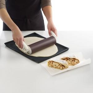 Silikonowy wałek jest wyposażony w składane rączki, umożliwiające wałkowanie ciasta w miejscach, w których manewrowanie jest ograniczone, np. tuż przy krawędzi stolnicy lub bezpośrednio na blasze. Rączek można używać także w tradycyjny sposób, w postaci wyprostowanej. Fot. Lekue.