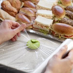 Nożyk do folii spożywczej Cut&Wrap z przyssawką rozwiąże problem poszarpanej, rozciągającej się nierówno folii. By przeciąć folię, wystarczy rozwinąć ją z rolki i wsunąć brzeg do wypustki z nożykiem. Fot. Lekue.