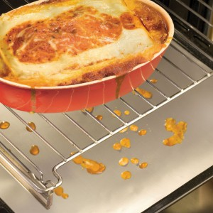 Folia ochronna marki Birkmann  pomaga chronić piekarnik przed zabrudzeniami, które powstają podczas pieczenia tłustych potraw. Folię umieszcza się na dnie piekarnika lub na najniższej blasze. Praktyczne i pomocne rozwiązanie. Fot. Birkmann.