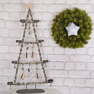 Piękny wiklinowy świecznik na podgrzewacze w kształcie choinki. Drewniane zawieszki świetnie go uzupełniają. Fot. Dekoracja Domu.