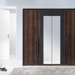 Czterodrzwiowa, pakowna szafa F29. Środkowe fronty z lustrem optycznie wysmuklają bryłę szafy. Podłużne, pionowe uchwyty podkreślają modernistyczny charakter szafy i zwiększają wygodę użytkowania. Fot. Black Red White.