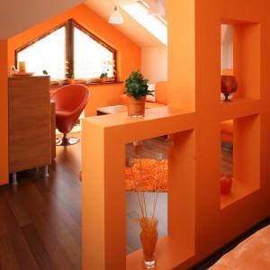 W przestrzeni na poddaszu wyodrębniono mini-sypialnię przeznaczoną dla gospodyni. Sprytnie ukryto ją za ażurową ścianą. Fot. Bartosz Jarosz.