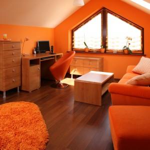 Podłoga z ciemnego drewna idealnie wpisuje się w stylistykę wnętrza i wnosi do niego odrobinę elegancji. Fot. Bartosz Jarosz.