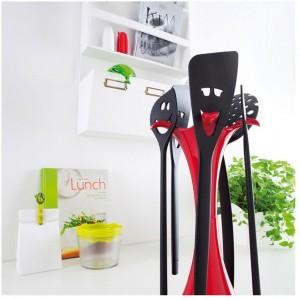 Stojak z niezbędnymi, kuchennymi akcesoriami. Zestaw składa się z pięciu elementów, które wiszą na czerwonym, stabilnym stojaku z tworzywa sztucznego. Wysokość 28 cm. Fot. Koziol.