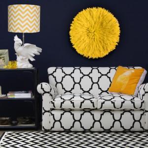 Oryginalna, czarno-biała sofka Chloe to propozycja do wnętrz w stylu vintage. Najlepiej prezentuje się w zestawieniu z detalami w intensywnych kolorach. Fot. Eco Chic.