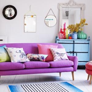 Trzyosobowa sofa w cukierkowym kolorze, oparta na drewnianych nogach, to propozycja dla pań, które chcą urządzić salon w stylu skandynawskim. Fot. Oliver Bonas.