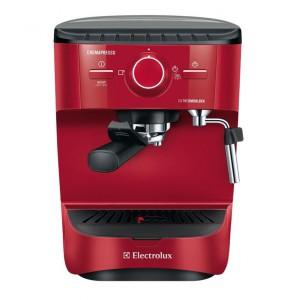 Ekspres do kawy Electrolux EEA wyposażono w dyszę do ręcznego spieniania mleka i podgrzewacz do filiżanek, dzięki czemu napój utrzyma optymalną temperaturę. Fot. Electrolux.