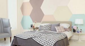 Geometryczne wzory od lat inspirują projektantów. Kwadraty, trójkąty w różnych konfiguracjach połączone z ciekawą kolorystyką tworzą ponadczasowe wzory, które świetnie sprawdzą się w sypialni.