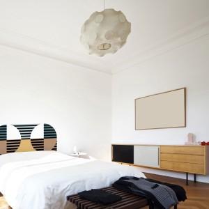 Geometria na ścianie może pojawić się w formie zagłówka - oryginalnej naklejki. dopasowanej do rozmiarów łóżka. Fot. MPGMB.
