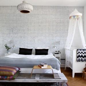 Tapeta w drobną, czarno-białą kratkę dobrze komponuje się z bielą ścian i mebli oraz drewnianą podłogą. Fot. Mr Perswall.