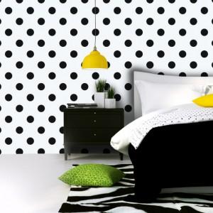 Biała tapeta w czarne kropki. Żółty, zielony- na jej tle każdy kolor dodatków będzie prezentował się doskonale. Fot. Picassi.