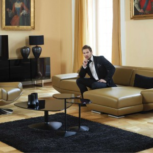 Corrente to elegancki zestaw wypoczynkowy, w skład którego wchodzą: sofy 2- i 3-osobowe, fotel obrotowy oraz podnóżek. Moduł z przedłużonym siedziskiem umożliwia wygodne wyprostowanie nóg. Klasę podkreślają metalowe nóżki. Fot. Kler.