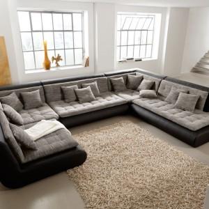 Pokaźnych rozmiarów sofę Exit marki New Look tworzy 14 samodzielnych elementów, które uzupełnia duży hoker oraz stolik kawowy. Dzięki temu kolekcja pozwala zarówno na kompaktowe aranżacje w niewielkich pomieszczeniach, jak i rozwiązania idealne do przestrzennych domów czy loftów. Zawiera praktyczną skrzynię pościelową. Fot.  IMS Group.