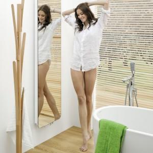 Indivi New firmy Instal-projekt to grzejnik łazienkowy, o jednolitej szklanej tafli i zaokrąglonych rogach, do którego można dobrać ekran z efektem lustra; dostępne wymiary: wys. 160-200 cm, szer. 48 i 57 cm. Fot. Instal-Projekt.