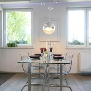 Szkło pojawia się też w części jadalnianej, przybierając formę stołu. Staje się on widoczny jedynie, gdy zostaje nakryty na przyjęcie gości. Fot. Bartosz Jarosz.