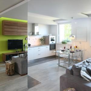 Biały, obniżony sufit wskazuje pewien ciąg komunikacyjny w mieszkaniu. Fot. Bartosz Jarosz.