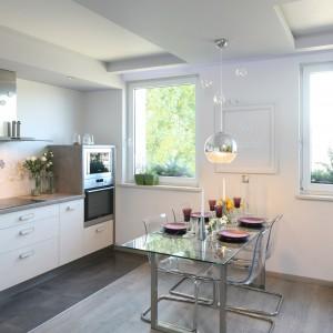 Oświetlenie części kulinarnej jest dość mocno ukryte. Zwisające lampy występują jedynie w jadalnianej części salonu oraz łazience. Fot. Bartosz Jarosz.