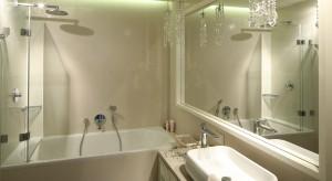 Beżowa łazienka to wnętrze jasne i pogodne. Chętnie urządzamy łazienki w beżach, tym bardziej, że niezależnie od tego, czy wybierzemy płytki czy kamień ich wnętrza są zawsze eleganckie i modne.