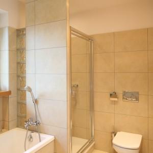 Kolor okładzin sprawia, że łazienka jest jasna, przytulna. Beż gwarantuje także modny wygląd na lata. Projekt: Marcin Lewandowicz. Fot. Bartosz Jarosz.