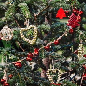 Efektowne zawieszki w kształcie choinek i serduszka złożone z metalowych dzwoneczków to propozycja sklepu Zara Home. Sprawią, że świąteczne drzewko nabierze nieco sielskości. Fot. Zara Home.