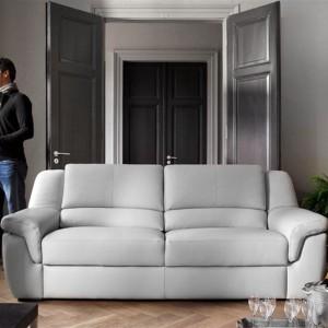 Jasnoszara, dwuosobowa sofa Pallas marki Rom to uniwersalny mebel, który  sprawdzi się zarówno w nowoczesnym, jak i klasycznym salonie. Fot. Rom.