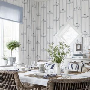 Jasna tapeta na ścianach jadalni nada wnętrzu łagodny, prowansalski klimat. idealny do tego, by kontemplować radość z rodzinnych spotkań przy stole. Fot. Borastapeter.