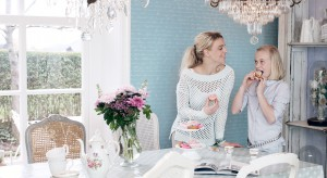Stół i krzesła to meble obowiązkowe w każdej jadalni. Zarówno te proste, jak i wytworne modele potrzebują ładnego tła, czyli ścian. Można uzyskać je z wykorzystaniem tapet i fototapet.