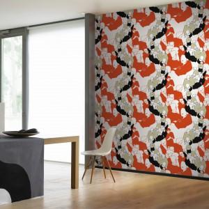 Tapeta z kolekcji Sirpi marki Marimekko. Pomarańczowy kolor sprawia, że nowoczesne wnętrze wygląda jeszcze bardziej apetycznie. Fot. Marimekko.