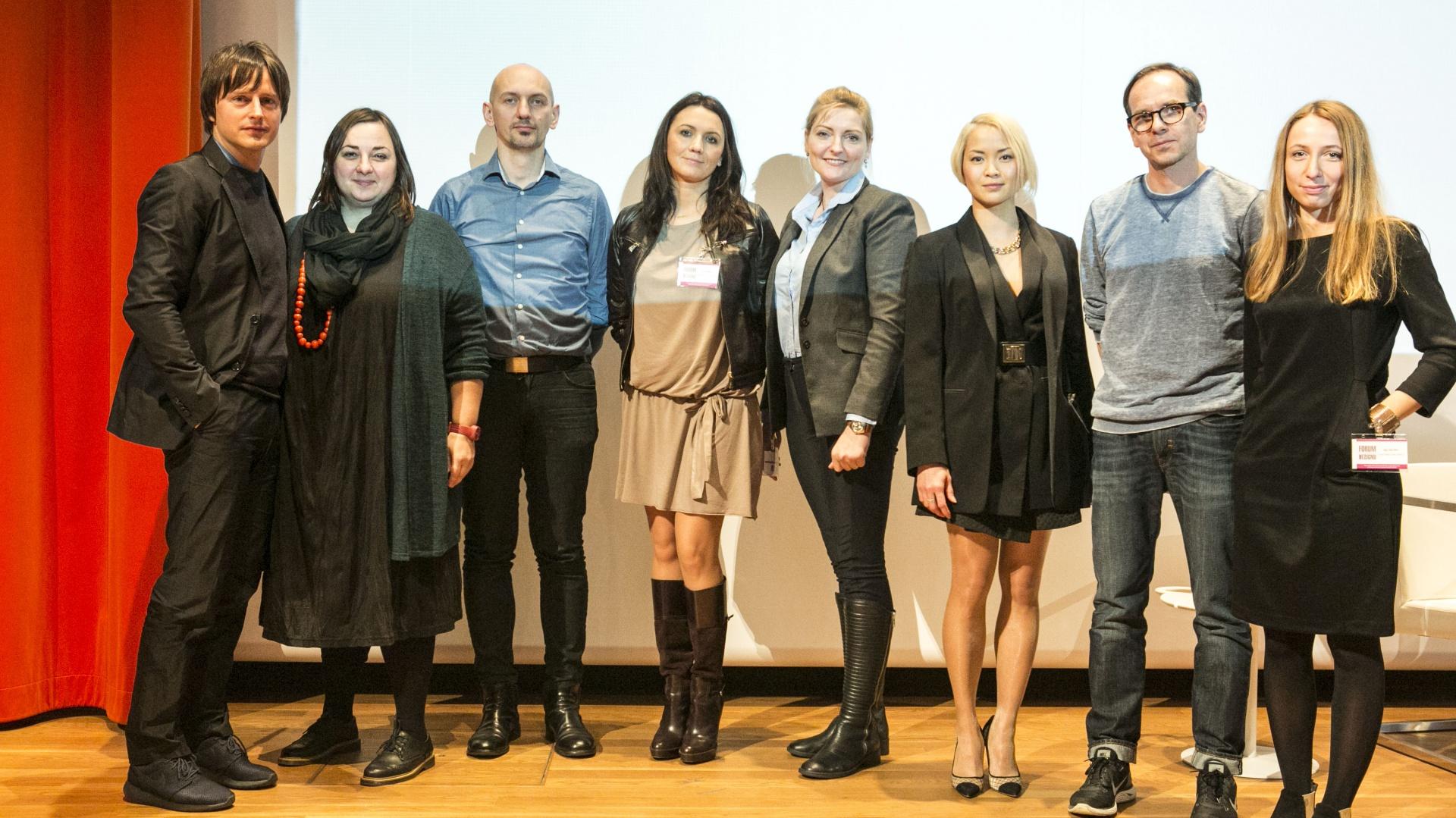 W debacie udział wzięli [od lewej]: Oskar Zięta, Zuzanna Skalska, Piotr Wełniak,  Dorota Warych, Dominika Rostocka, Natalia Nguyen, Mikołaj Wierszyłłowski oraz Maja Ganszyniec.