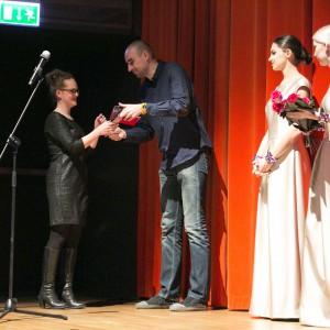 Nagrodę z rąk projektanta Adama Bronikowskiego odebrała Marta Pacoszyńska – przedstawiciel firmy Planika.