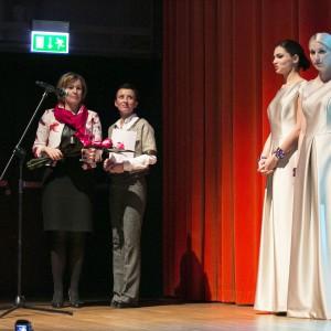 Nagrodę z rąk blogerki Urszuli Michalak odebrała Ewa Ścieżyńska Prezes firmy Instal Projekt.