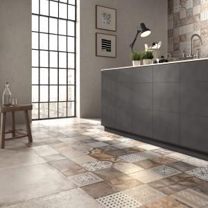 Płytki o surowej powerzchni, która imituje beton nadadzą każdej kuchni modny, industrialny charakter. W połączeniu z wzorzystymi, geometrycznymi motywami w kolorach ziemi, stanowią tegoroczny hit aranżacyjny. Fot. ABK Group, kolekcja Unika.