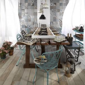 Drewno na podłodze w kuchni i jadalni prezentuje się nadzwyczaj pięknie, ale niestety wymaga również systematycznej pielęgnacji. Alternatywą dla tego materiału mogą być płytki ceramiczne, imitujące naturalne drewno z kolekcji Peronda FS. Fot. Peronda.