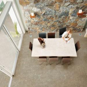 Piękne porcelanowe płytki z kolekcji Karst imitujące wyglądem naturalny kamień to idealny materiał na wykończenie podłogi w kuchniach i jadalniach, którym chcemy nadać przytulny, domowy i elegancki wygląd. Fot. Azulejos Plaza.