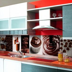 Ściana nad blatem pokryta fototapetą przedstawiającą kompozycję czekoladowych smakołyków. Dla łasuchów i wielbicieli słodkości jak znalazł! Fot. Artofwall.