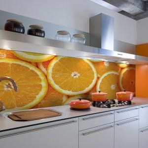 Białe meble kuchenne gustownie ożywi fototapeta z motywem orzeźwiających pomarańczy. Żywe barwy soczystych cytrusów wprowadzają kolor do modnej, stonowanej aranżacji i dodadzą energii domownikom. Fot. Big Trix.