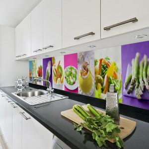 W białej kuchni możemy pozwolić sobie na swobodniejsze operowanie różnymi kolorami. Wielobarwna fototapeta z różnorodnymi, pięknie zaserwowanymi daniami ożywi sterylną przestrzeń białej kuchni. Fot. Artofwall.