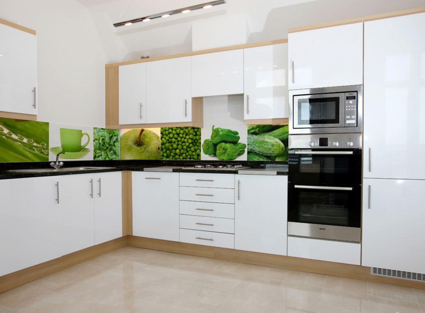 Kolaż zielonych elementów to idealny wybór do nowoczesnej, białej kuchni. Jabłuszko, groszek, paprykę czy szparagi warto wprowadzić nie tylko do swojej codziennej diety ale także do aranżacji wnętrza. Fot. Artofwall.