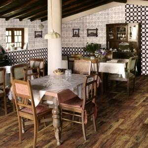 Płytki ceramiczne imitujące naturalne drewno to hit tego sezonu. Do złudzenia przypominające drewnianą deskę, wspaniale wyglądają w rustykalnych przestrzeniach. Fot. Azulejos El Mijares.