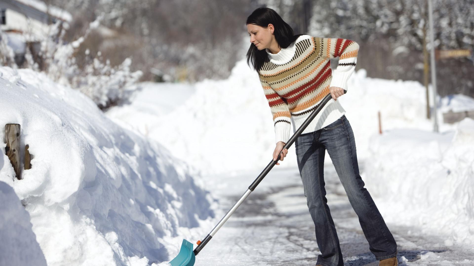 Łopata do śniegu ułatwi nam odśnieżanie podwórka. Lekka, stabilna, wykorzystana z tworzywa sztucznego doskonale sprawdzi się podczas intensywnych opadów śniegu. Fot. Gardena.
