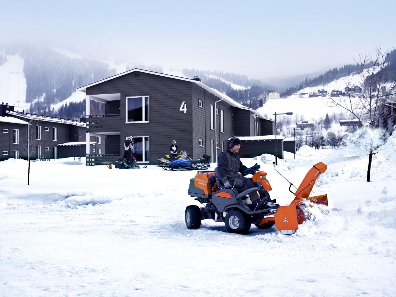 Odśnieżarka P 524 z pługiem wirnikowym ułatwi szybkie sprzątanie śniegu na dużych powierzchniach. Fot. Husqvarna.