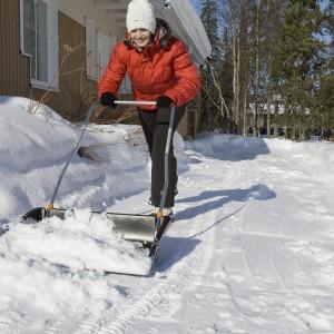 Składany pług śnieżny ułatwi odśnieżanie większych powierzchni. Dodatkową zaletą jest jego kompaktowość. Szerokość pługu wynosi 749 mm.