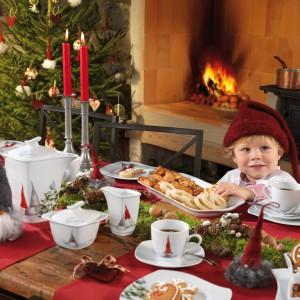Zastawa stołowa Åsa's Christmas skandynawskiej firmy Fyrklövern, która w tym roku debiutuje na polskim rynku. Najwyższej jakości porcelana wyróżnia się unikatowym, ręcznie malowanym wzorem, który został wzbogacony elementami z 18 karatowego złota. Na każdym elemencie znajduje się charakterystyczny dekor, inspirowany wesołą rodziną skrzatów. Fot. Fyrklövern.