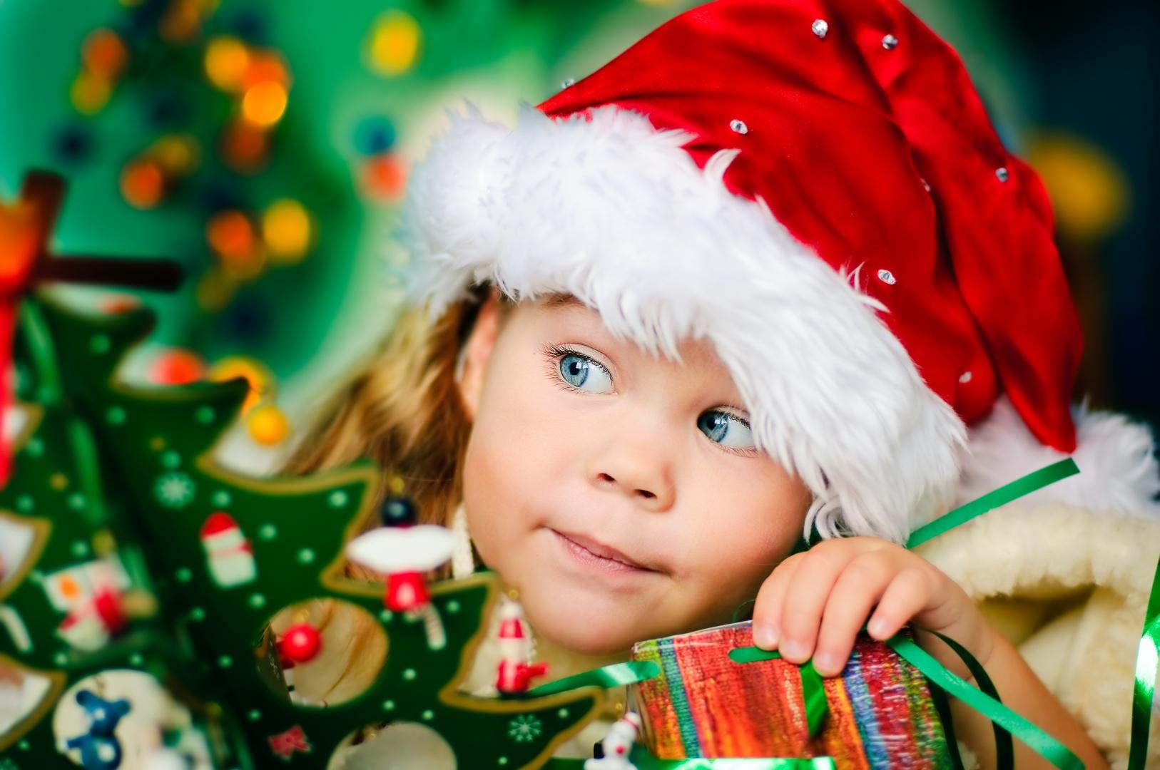 Święta są dla dzieci niesamowitym przeżyciem. Fot. Shutterstock.