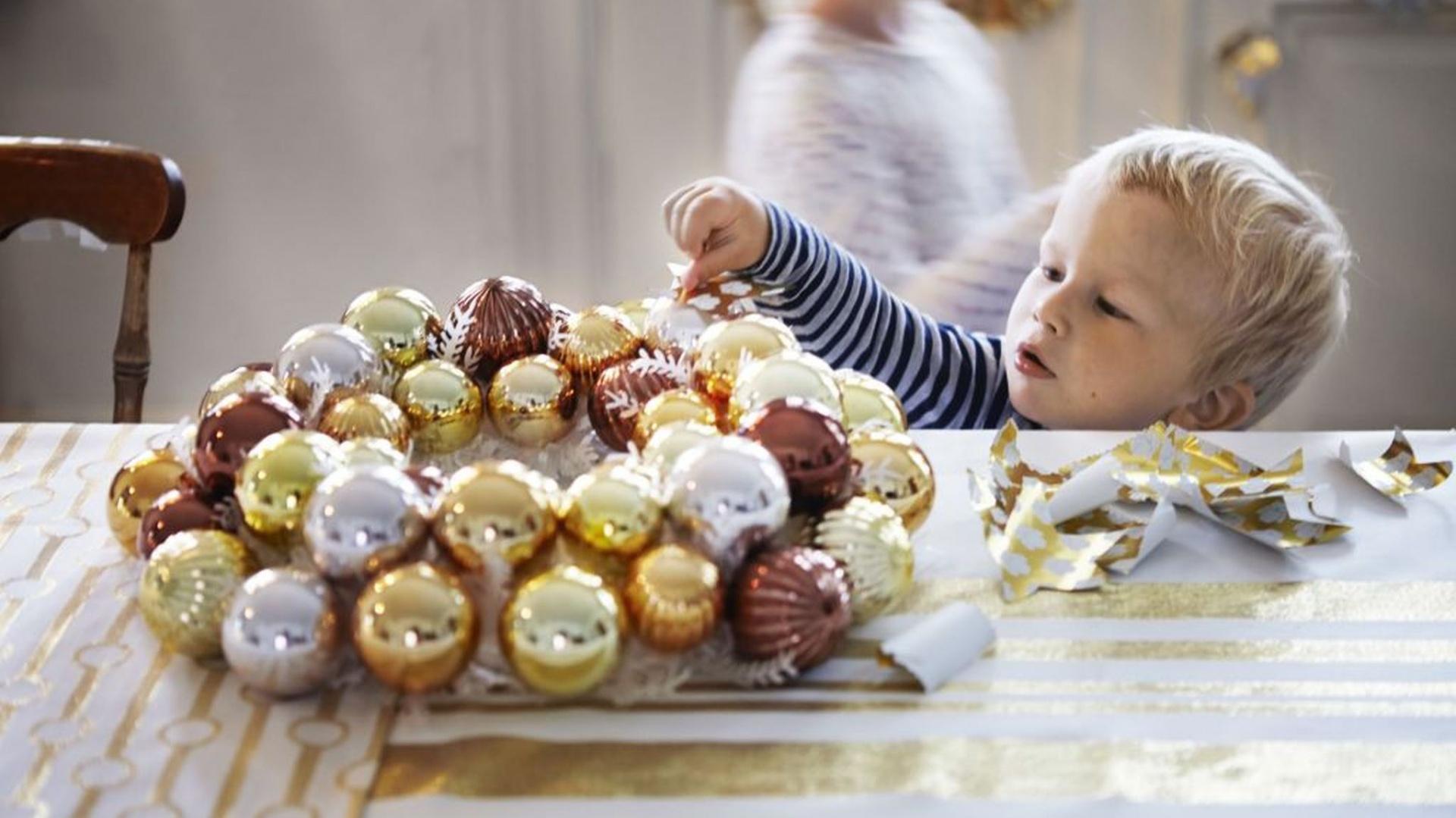 Vintermys to ozdbny wieniec w złotym kolorze. Można go zawiesić na ścianie lub postawić na stole. Fot. IKEA.