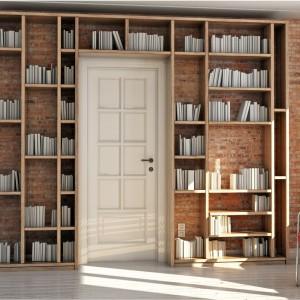 Regał z książkami może być efektownym i zarazem praktycznym sposobem na zagospodarowanie ściany, gdzie znajdują się drzwi. Fot. Pickawood.