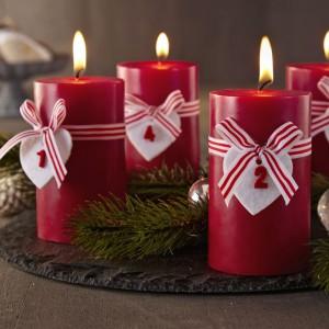 Adwentowe świece na cztery tygodnie oczekiwania na święta z oferty marki Duka w tradycyjnym czerwonym kolorze. Fot. Duka.